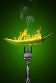 Groene hete geïsoleerde spaanse peperpeper