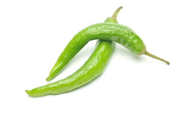 Groene hete pepers op geïsoleerd wit