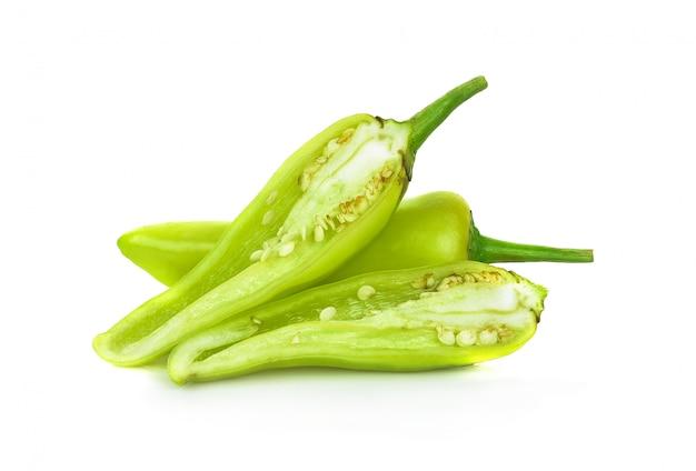 Groene hete spaanse peperpeper die op de witte achtergrond wordt geïsoleerd.