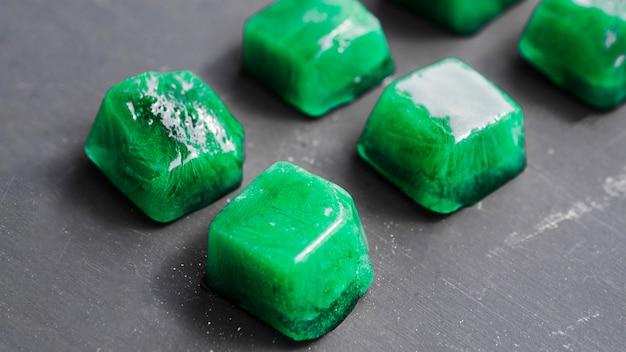 Groene ijsblokjes opgesteld in rijen