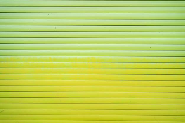 Groene ijzeren tinnen hek bekleed achtergrond. metalen structuur