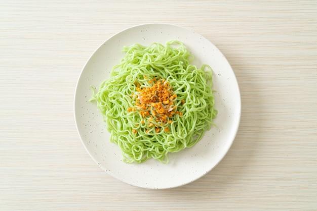 Groene jade noedels met knoflook op bord