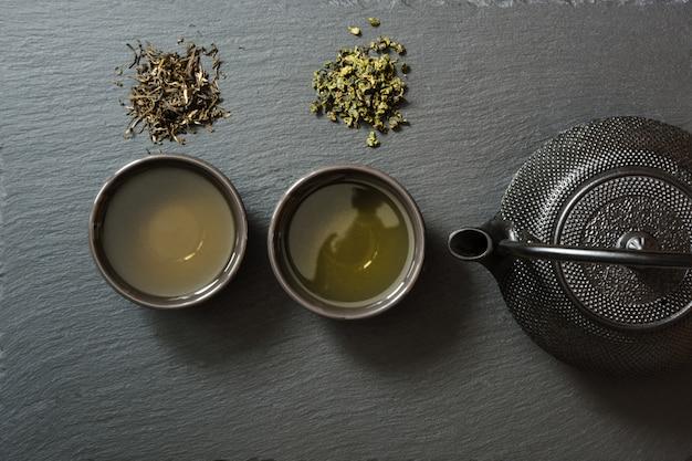 Groene japanse thee op zwarte lei
