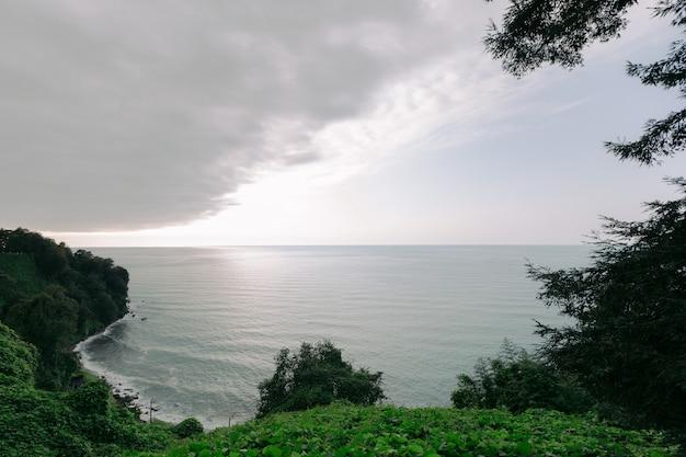 Groene kaap, georgië. prachtige kust van de zwarte zee bij zonsondergang