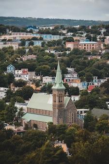 Groene kerk over stadslandschap