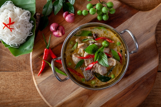 Groene kerrie met kip op houten achtergrond, thaise keuken