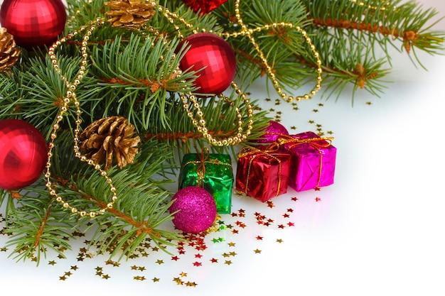 Groene kerstboom met cadeau, speelgoed en kegels geïsoleerd op wit