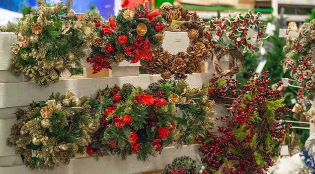 Groene kerstkransen opknoping in winkel te koop