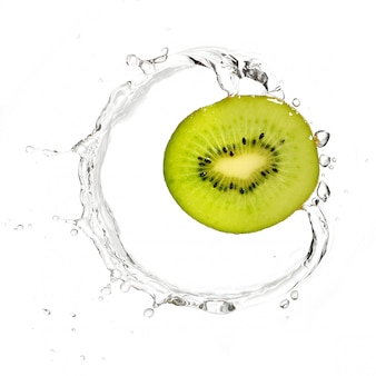 Groene kiwi in water splash