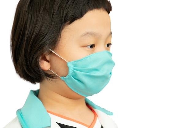 Groene kleur chirurgisch beschermen masker op azië kind dokter jurk gezicht, kijk naar camera, headshot portret, geïsoleerd op wit, zijaanzicht