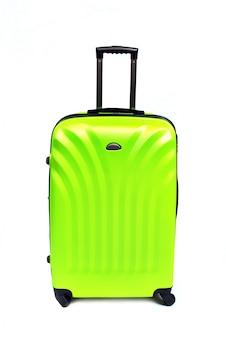 Groene koffer die op wit wordt geïsoleerd