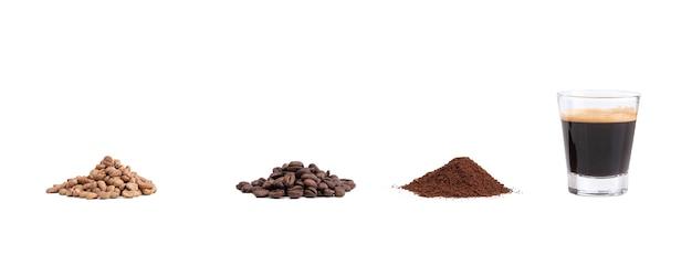 Groene koffie, geroosterd, gemalen met de molen en espresso op een wit