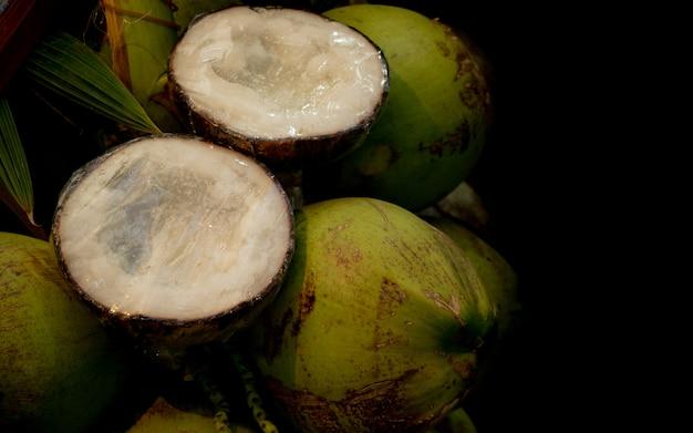 Groene kokosnoot met gesneden