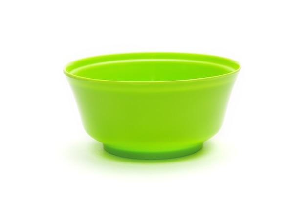 Groene kom voor groenten en fruit op een afgelegen witte achtergrond