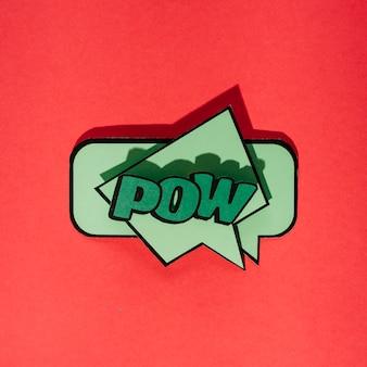 Groene komische tekstballon met uitdrukkingstekst pow op rode achtergrond