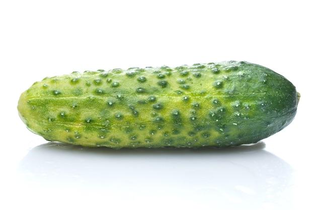Groene komkommer met waterdruppels geïsoleerd op wit
