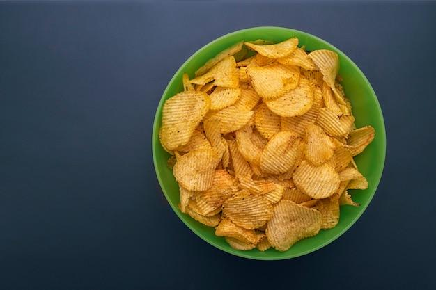 Groene kop met chips op blauw