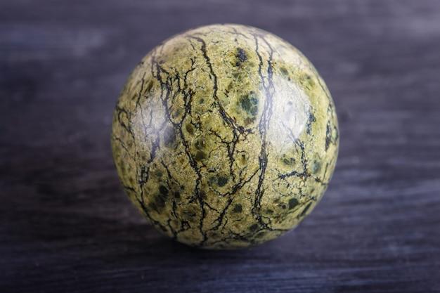 Groene kronkelige bol op een zwarte achtergrond