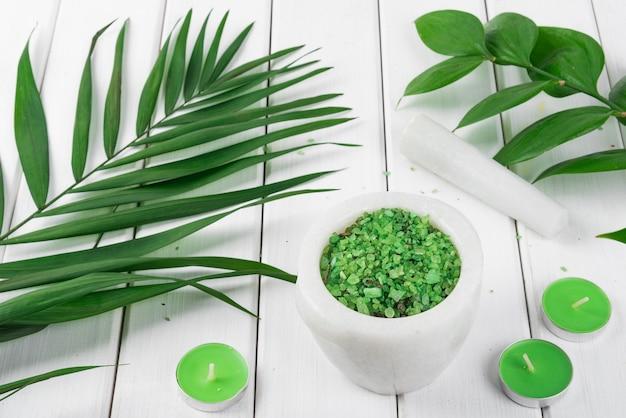 Groene kruiden spirulina zout in witte marmeren vijzel