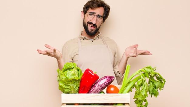 Groene kruidenier die verbaasd, verward en gestrest kijkt, zich afvraagt tussen verschillende opties, zich onzeker voelt