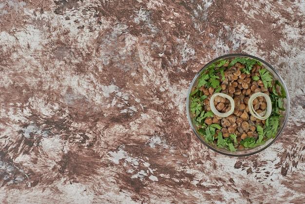 Groene linzensalade met kruiden en specerijen.