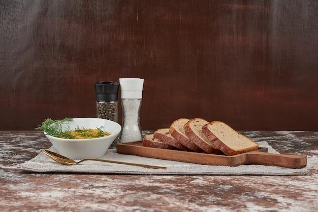 Groene linzensalade met kruiden en uien in een glazen beker