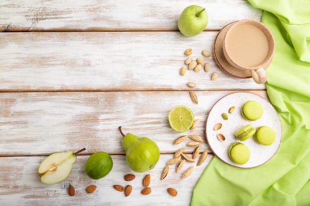 Groene macarons of bitterkoekjes taarten met kopje koffie