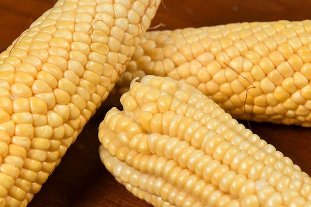 Groene maïs op houten tafel zonder schelpen