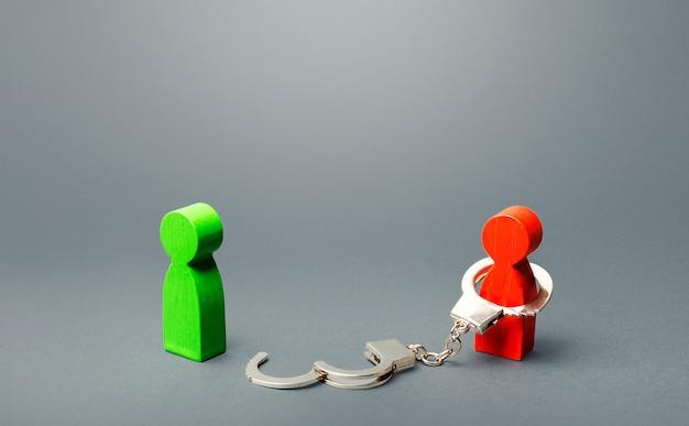 Groene man is bevrijd uit gevangenschap van een rode persoon. vrijheid vinden, slavernij stoppen