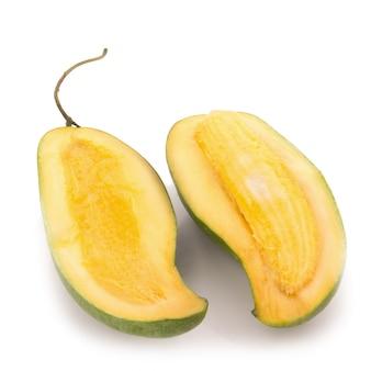 Groene mango geïsoleerd op een witte achtergrond