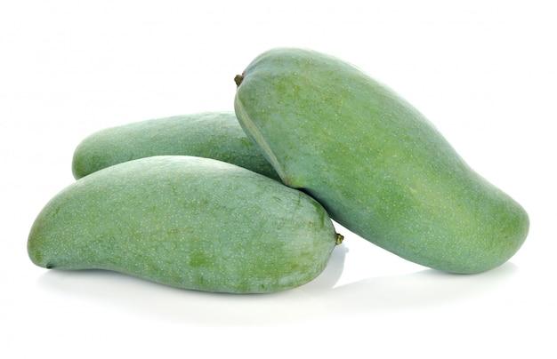 Groene mango op wit