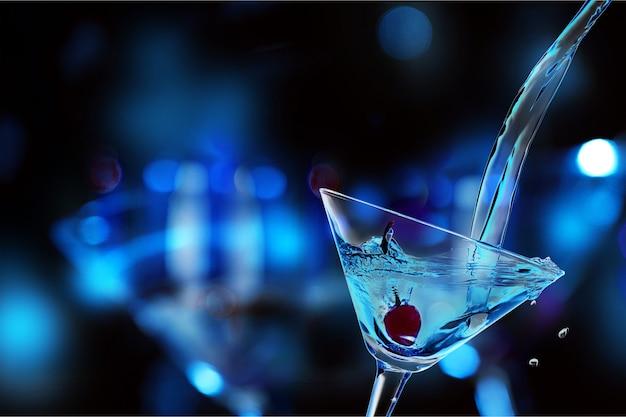 Groene martini-cocktail in glas op onscherpe achtergrond