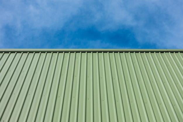 Groene metalen plaat gevelbeplating van gebouw