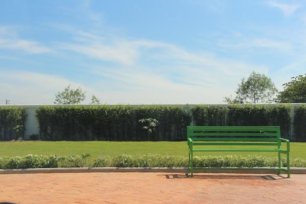 Groene metalen stoel op de loopbrug tuin