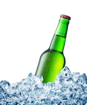 Groene misted over flesje bier op ijs