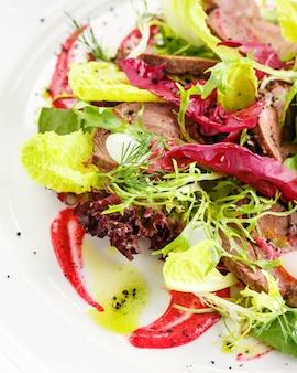 Groene mix salade met rosbief en zoetzure saus. restaurant gerecht. detailopname