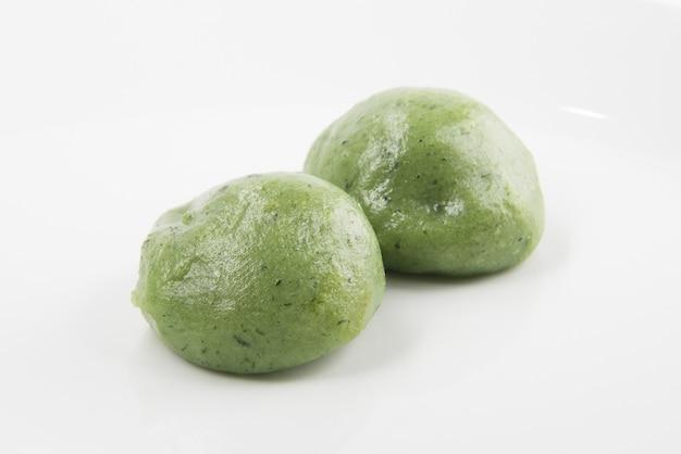 Groene mochi bal gemaakt van kleverig rijstpoeder met bonenpasta