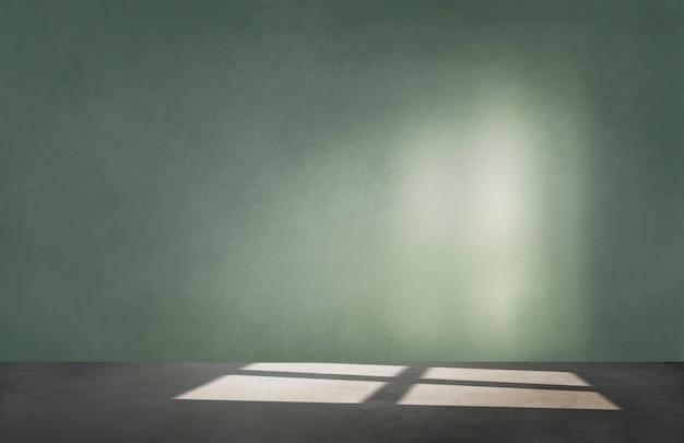 Groene muur in een lege ruimte met betonnen vloer