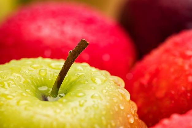 Groene natte appel met grote druppel, macro-opname