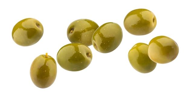 Groene olijven die op wit met het knippen van weg worden geïsoleerd
