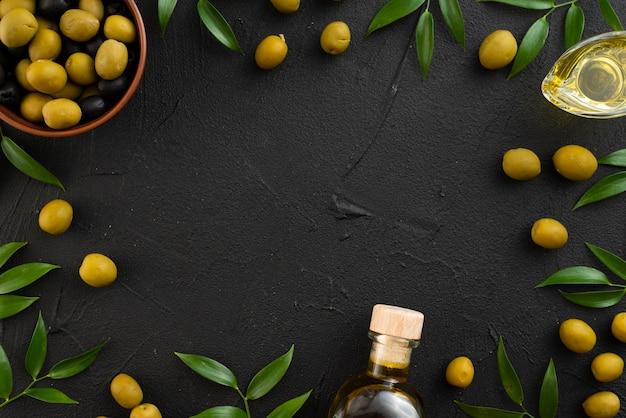 Groene olijven op zwarte achtergrond met kopie ruimte