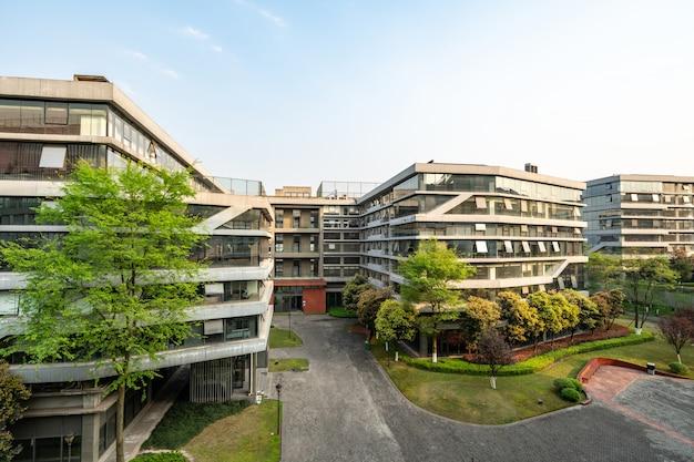 Groene omgeving van kantoorgebouwen in wetenschap en technologie park, chongqing, china