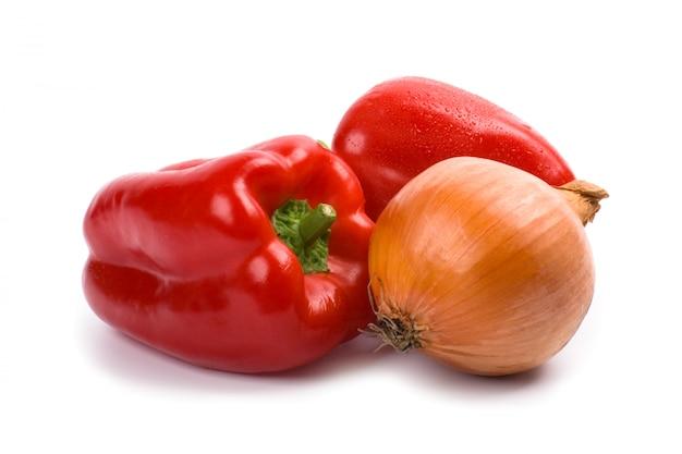 Groene paprika en ui op witte achtergrond wordt geïsoleerd die