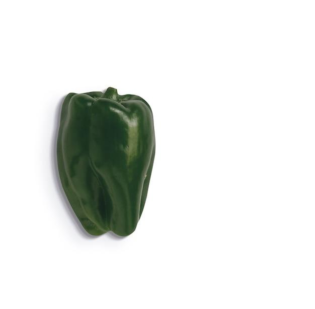 Groene paprika geïsoleerd op een witte achtergrond. geschikt voor uw voedselontwerpelement.