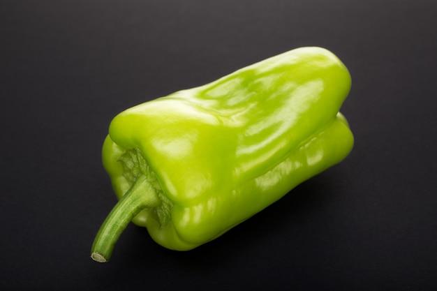 Groene paprika geïsoleerd
