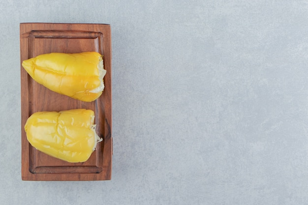 Groene paprika's gevuld met zuurkool op een plank