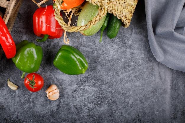 Groene paprika's op een blauwe lijst.