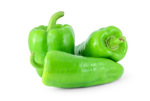 Groene paprika's op een witte ondergrond