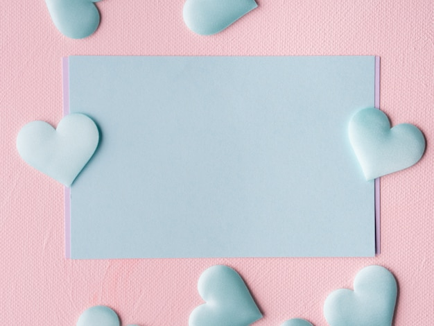 Groene pastel kaart harten op roze gestructureerde achtergrond