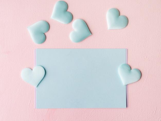 Groene pastel kaart harten op roze textuur